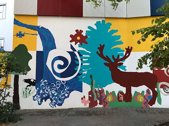 """Ausschnitt Wandbild """"RaumSchiffKoralle"""" an der Grundschule auf dem lichten Berg, Standort Siegfriedstraße in Berlin Lichtenberg, 2019."""
